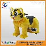 Езда смешного кота гуляя электрическая животная