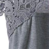 女性のスカラップで仕上げられた花のレースVの首の短い袖のブラウスのワイシャツの上