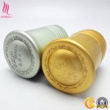 Las tapas de cosméticos por el perfume la botella de cristal