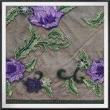 すみれ色の網の刺繍のレースの花のレース