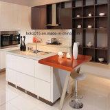 A mobília branca de projeto a mais nova do gabinete de cozinha 2017 com gabinete do console