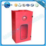 Красный металлический шкаф противопожарной защиты