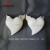 Figura di ceramica con l'ala, figura di amore di nuovo disegno del cuore, per la decorazione. Bianco