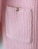 Enfants de tricotage de filles vêtant des vêtements de bébé en hiver