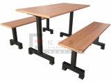 Plastikcafeteria-Stühle und Tisch