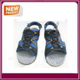 Летние моды на пляже мужчин сандалии