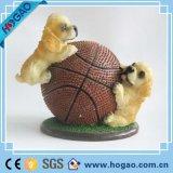Het in het groot Beeldje van de Hond van de Hars van de Nieuwigheid met Basketbal