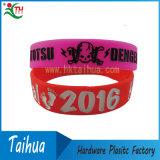 Il braccialetto sveglio del silicone di colore rosa caldo di vendita con Deboss Colore-Ha riempito (DSC05228)