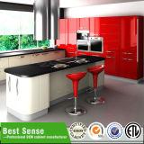 赤い台所壁掛けのキャビネットか台所家具