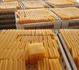Vestiti gialli trasparenti che lavano il sapone di barra del detersivo di lavanderia