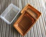 使い捨て可能なプラスチック食糧サービングの皿を包んでいる肉魚の家禽