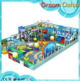 Campo de jogos interno do projeto o mais novo com corrediças para miúdos