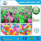 多彩なプラスチック空の演劇の球