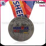 A presión las medallas ferros- del Triathlon del hombre de la antigüedad del metal de la fundición