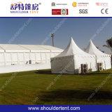 肩のテントからのサウジアラビアの大きいRamadanのメッカ巡礼のテント