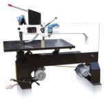 La plantilla vio la máquina para cortar con tintas de madera