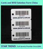 Três em um cartão com o código de barras para a loja da compra