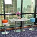 食事のためのSs表の足を搭載する固体表面の水晶石のテーブルの上