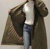 Le alte donne di vendita scaldano il cappotto di polvere esterno