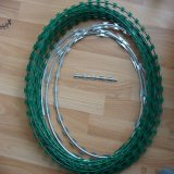 電流を通されたアコーディオン式かみそりの有刺鉄線