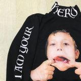 Новой оперативной основе штамп ребенка имеет смешные внешний вид в удлиненной худи
