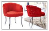I tasti a cristallo moderni appoggiano i piedini d'acciaio del tessuto rosso che pranzano le presidenze del braccio