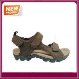 Nuovi sandali all'ingrosso della spiaggia di estate