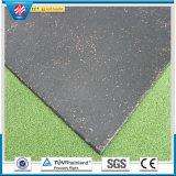 屋外の運動場のゴム製床タイル、正方形はゴム製タイルに斑点をつける