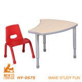 緑の子供のプラスチック木の金属表および椅子セット