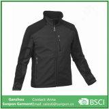 Модная свободная куртка Softshell чернокожих человек
