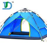 La persona su ordinazione del peso leggero 2 schiocca la tenda in su di campeggio di corsa per attività esterna