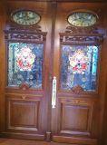 La puerta de madera maciza