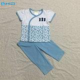 Unisexbaby, das Lastic Sstyle neugeborenen Schlafenanzug trägt