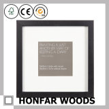 Bâti en bois debout noir de photo d'illustration pour le cadeau
