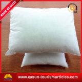 Hotel en el cuello de color blanco con almohada desechables de uso