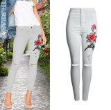 Calças magros das calças de brim do bordado 3D do lápis forma européia das mulheres rasgadas