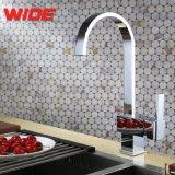 Larga vida útil de cuarto de baño grifos de agua de grifo giratorio Accesorios con empuñadura de latón
