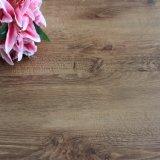 Mattonelle di pavimento di legno chiare del vinile di Lvt del bastone di auto della buccia del reticolo