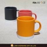 Taza de cerámica coloreada alta calidad de la fábrica del OEM con la maneta
