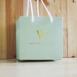 Bolsos de papel reciclables de encargo del regalo con insignia con las manetas