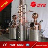 El equipo de destilación de cobre que hace bebidas espirituosas tiene gusto de la vodka, de la ginebra y del whisky