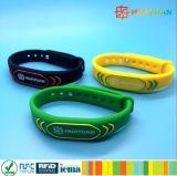 適性のための防水13.56MHz ISO14443A MIFARE標準的なEV1 RFIDのシリコーンのブレスレット