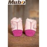 暖かい冬の羊皮の静かに足底が付いている幼児幼児の靴