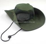 屋外の緑のカムフラージュのバケツの帽子