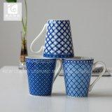 Taza de café de cerámica de la taza de té de la impresión de la etiqueta de la forma de V del asimiento 11oz de la mano