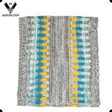 Покрасьте смешанные скачками связанные Beanie и шарф петли на зима осени