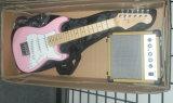 袋およびアンプ(置かれるST-111)が付いている電気Squier Stratcasterのギターセット