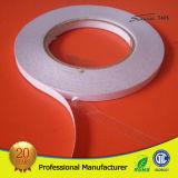 El doble transparente del papel de tejido echó a un lado/la cinta de la cara