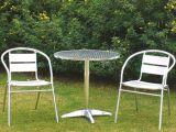 가구의 알루미늄 의자 그리고 테이블