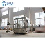 El PLC controla la máquina de rellenar de la pequeña de la fábrica agua pura de la botella
